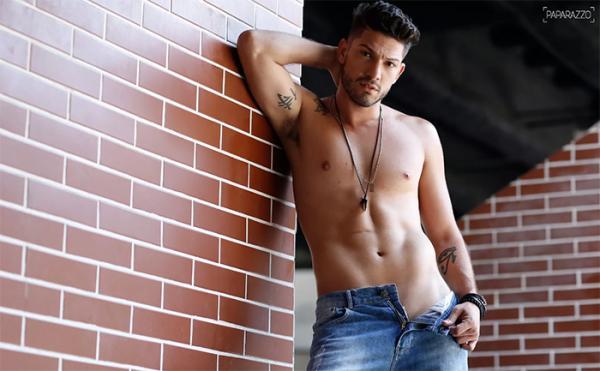 Ex-BBB Luiz Felipe posa sensual