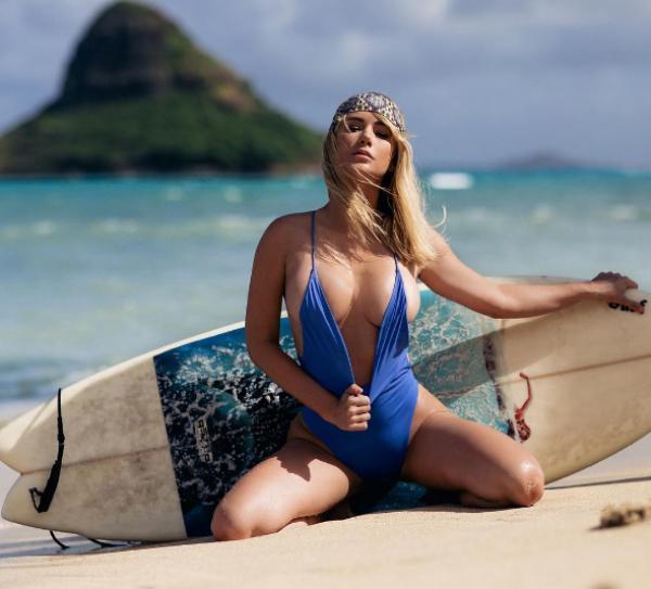 Modelo bomba no Instagram com fotos quase nua em cenários paradisíaco