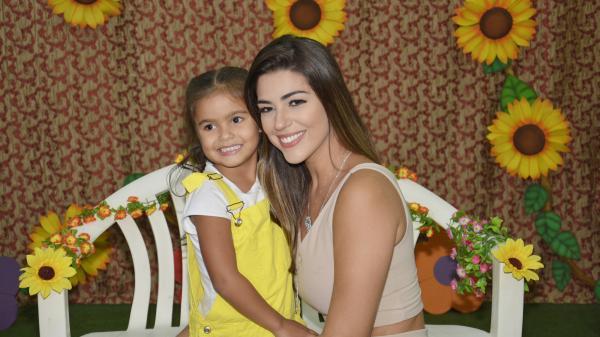 Ex-BBB Vivian Amorim encanta público no Parque Cidade da Criança