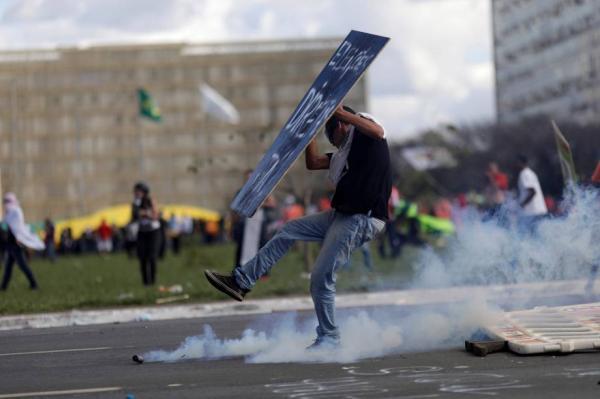 Em Brasília, manifestantes põem fogo e depredam ministérios