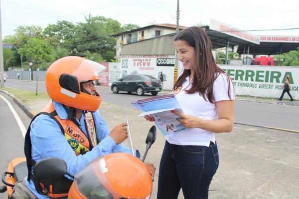 Liliane Araújo faz panfletagem no bairro Parque Dez