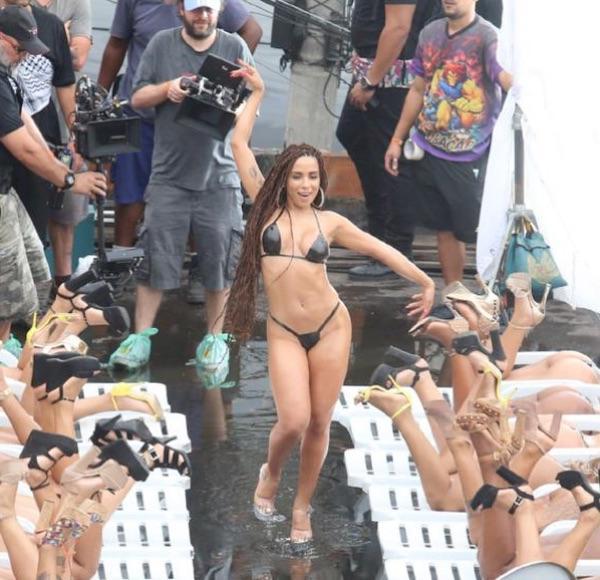 Look ousado de Anitta em gravação de novo clipe causa alvoroço na web