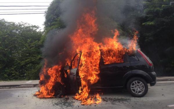 Carro pega fogo na Bola da Suframa, em Manaus; veja fotos