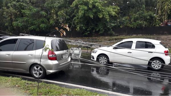 Postes de energia elétrica caem sobre carros em avenida na zona Leste