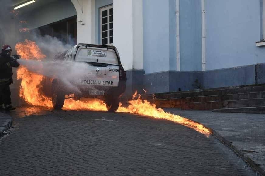 Após sair de manutenção, viatura da PM pega fogo no centro de Manaus