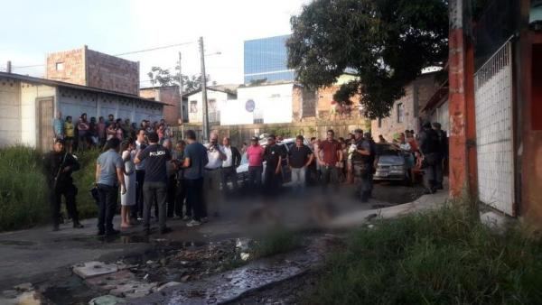 Dois homens são mortos a tiros e jogados em rua do Mutirão por encapuzados