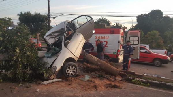Motorista fica presa entre ferragens em acidente na Ponta Negra