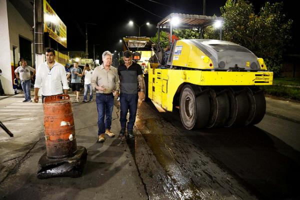 Arthur Neto vistoria serviços de asfaltamento noturno na zona Norte