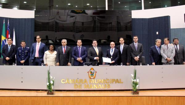 """Conselheiro Érico Desterro recebe a Medalha de Ouro """"Cidade de Manaus"""""""