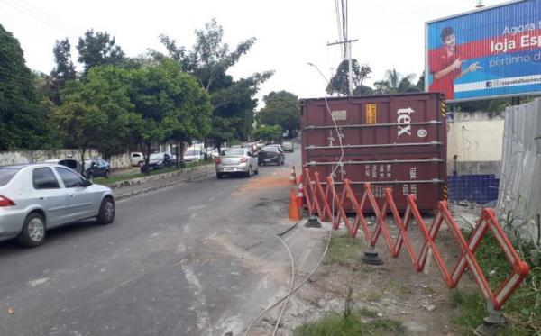 Seis horas após contêiner tombar, avenida Efigênio Salles é liberada