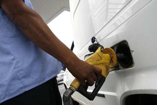 Gasolina nos EUA baixa para 52 centavos o litro, o menor valor em sete anos