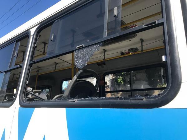 Ônibus são apedrejados durante paralisação de rodoviários no Centro de Manaus