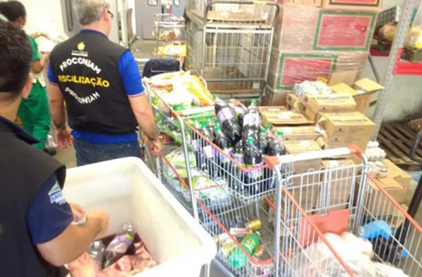 Procon apreende mais de 180 itens vencidos e 45 quilos de carne podre em Adrianópolis