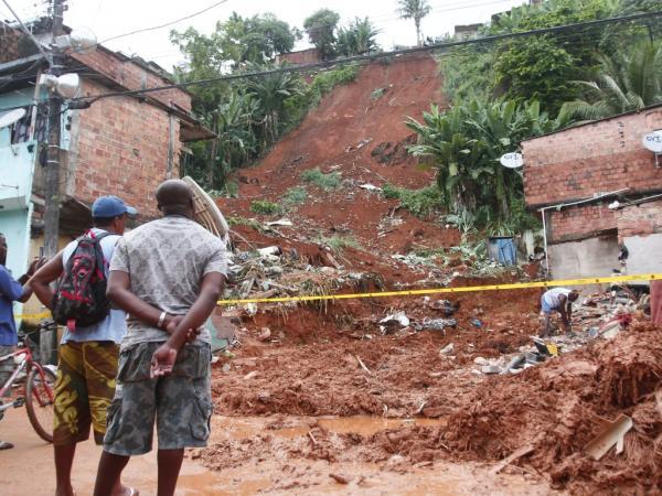 Duas casas desabaram hoje em Manaus durante temporal