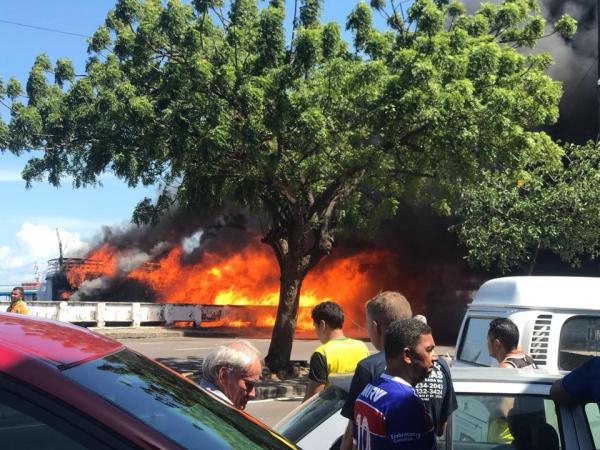 Incêndio destrói embarcação na Manaus Moderna