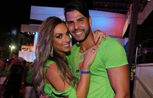Nicole Bahls aceita se casar com Marcelo Bimbi: