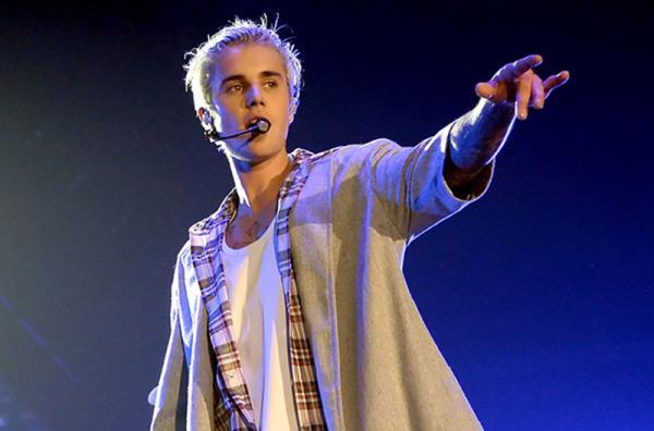 Justin Bieber consola fã que assumiu ser gay e a convida para igreja