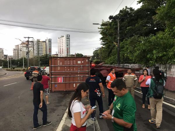 Contêiner tomba na avenida Humberto Calderaro