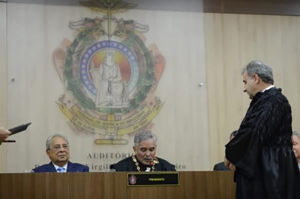 Governador Amazonino prestigia posse do novo desembargador Délcio Santos
