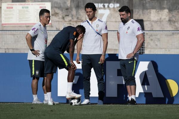 Neymar deixa treino mancando após 10 minutos de atividade