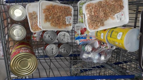 Mais de 80 itens vencidos são apreendidos em supermercado pelo Procon-AM no bairro Redenção
