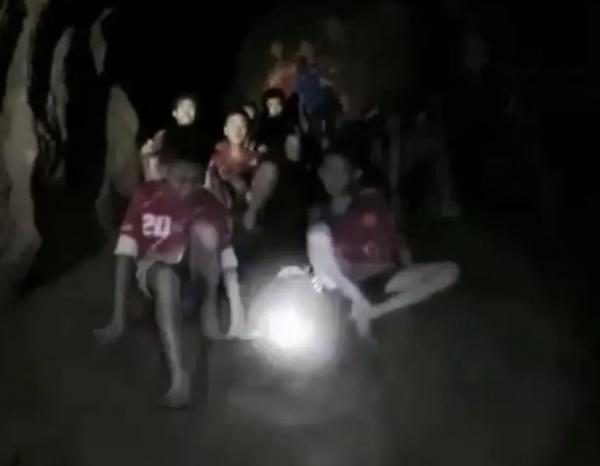 Resgate de 12 crianças encontradas em caverna pode levar meses