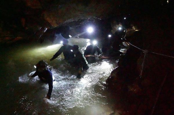 Mesmo após serem localizados, meninos podem ficar meses presos em caverna, diz Marinha
