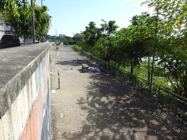Morador de rua é degolado e corpo é jogado na beira de igarapé em Manaus