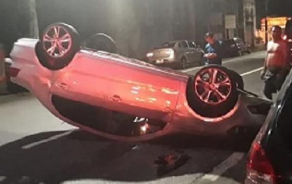 Homem com sinais de embriaguez, capota carro no Centro durante madrugada