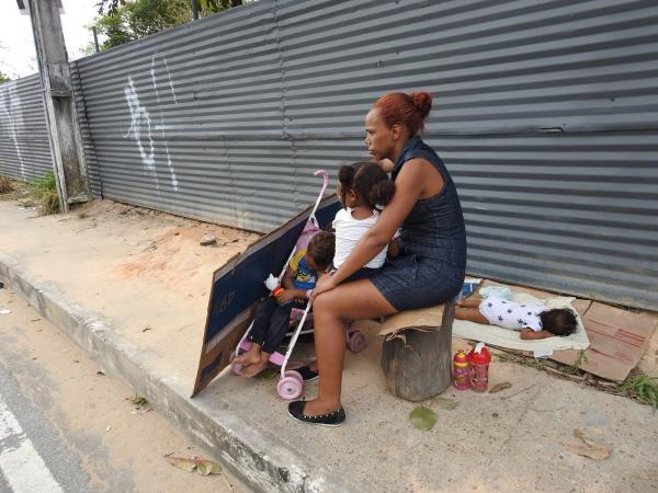 Venezuelanas pedem emprego em rua de Manaus: 'Queremos sobreviver do nosso suor'