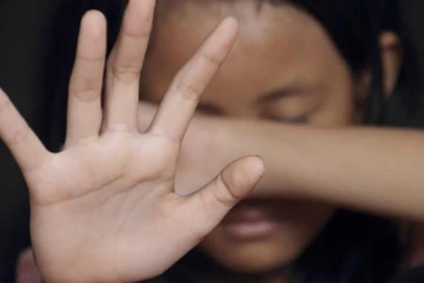 Menina de 14 anos é estuprada por 2 grupos de homens em 2 dias