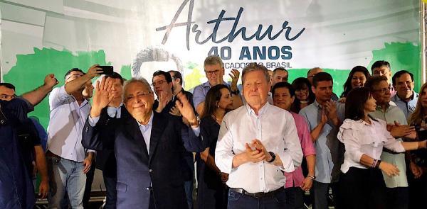 Arthur e Amazonino deixam aliança praticamente selada para eleições