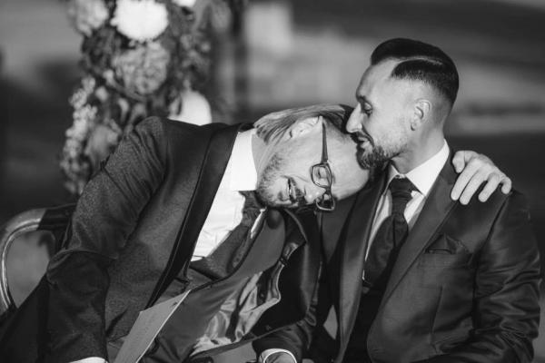 Padre declara seu amor por outro homem e abandona sacerdócio