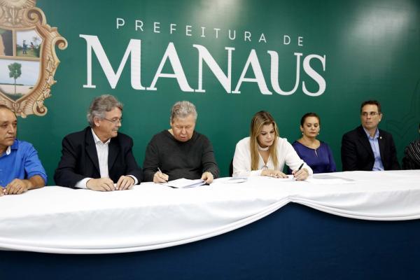 Prefeitura e Eletrobras firmam termo para reduzir cobrança da iluminação pública em Manaus