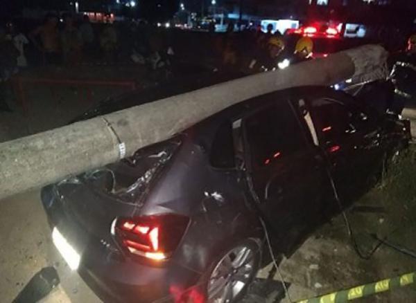 Trio assaltante rouba carro e derruba poste no bairro Armando Mendes, durante perseguição policial