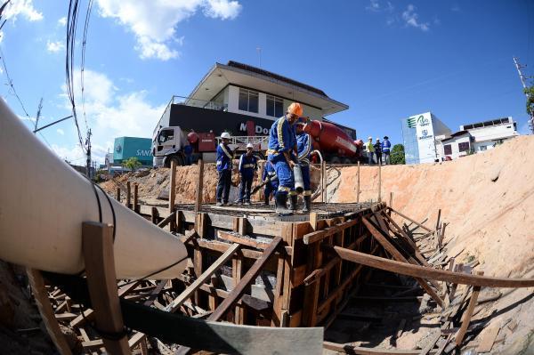 Prefeitura finaliza caixas na rede de drenagem da Djalma Batista e obra avança para última fase