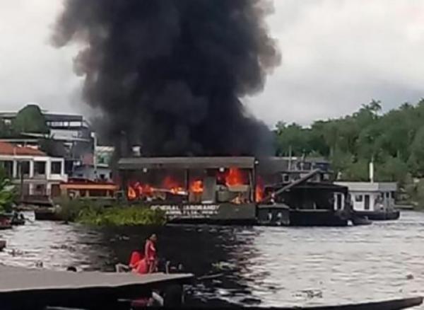 Balsa do exército brasileiro explode no Amazonas