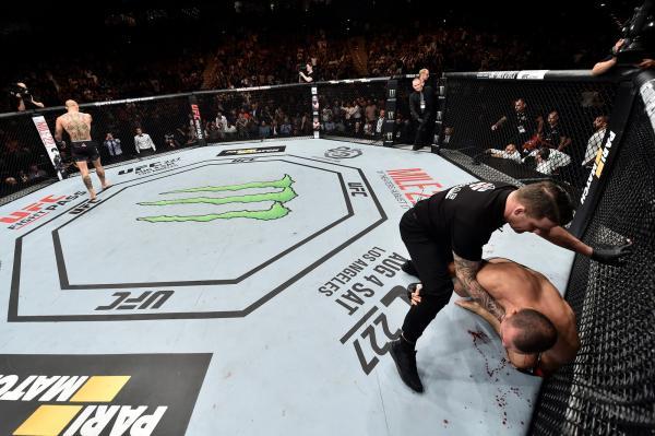 Anthony Smith arrasa brasileiro Maurício Shogun no primeiro round no UFC Hamburgo