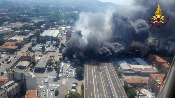 Explosão em estrada perto do aeroporto de Bolonha deixa mortos e feridos; parte de viaduto desaba