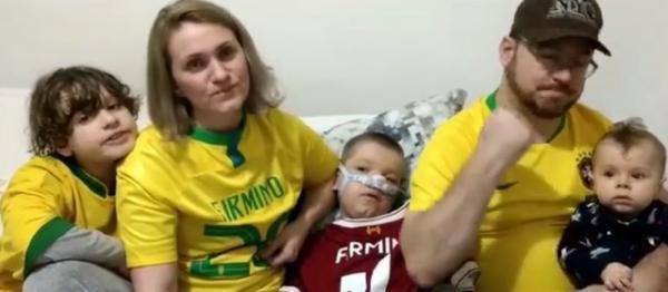 Com a camisa da Seleção, pais agradecem doação de R$ 286 mil de Firmino para tratamento de irmãos