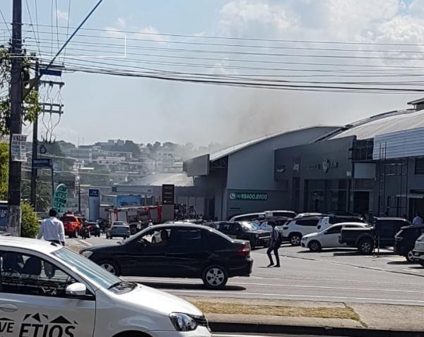 Princípio de incêndio destrói estoque de peças de concessionária em Manaus