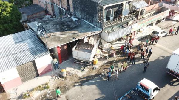 Caminhão desgovernado invade casa em Manaus e deixa feridos
