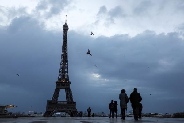 Morar um ano em Paris equivale a fumar 9 maços de cigarro
