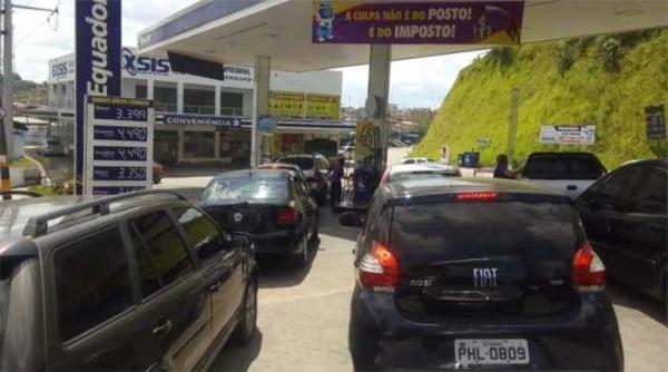 Posto baixa preço da gasolina e coloca faixa explicando: