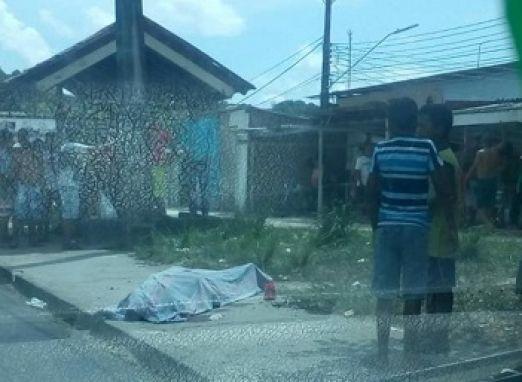 Homem é executado a tiros por motoqueiro quando caminhava em área de igarapé no bairro Monte das Oliveiras