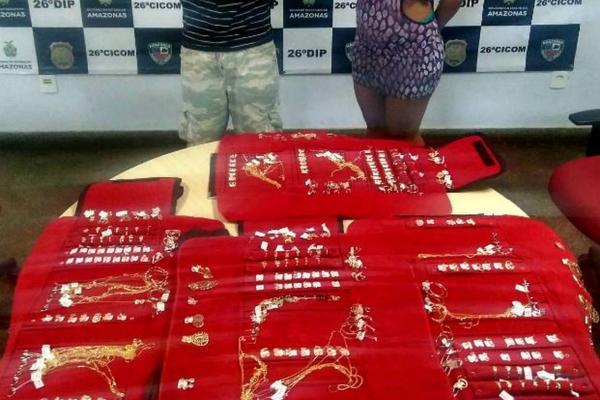 Casal é preso suspeito de roubar carro com mais de R$28 mil em jóias, em Manaus