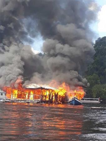 Incêndio destrói completamente flutuante e embarcação no porto da Marina do Davi, no AM