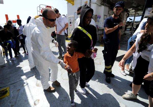 Navio com 141 migrantes resgatados na costa da Líbia chega a Malta
