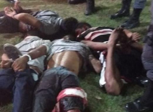 Perseguição e tiroteio entre bandidos e Polícia Militar acaba com quatro presos e três deles baleados