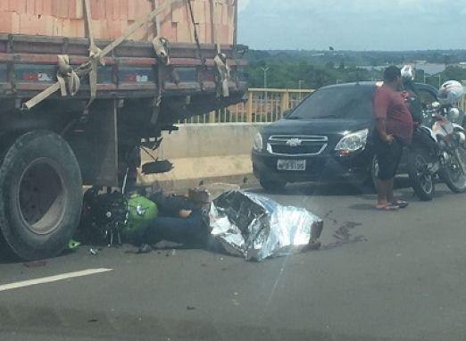 Mototaxista morre ao colidir motocicleta com a traseira de caminhão